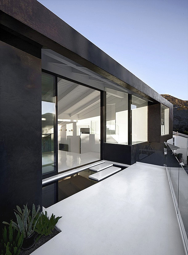 Nakahouse in the Hollywood Hills white architecture