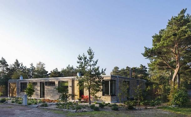 Side View of Modern Hakansson Tegman Residence by Johan Sundberg