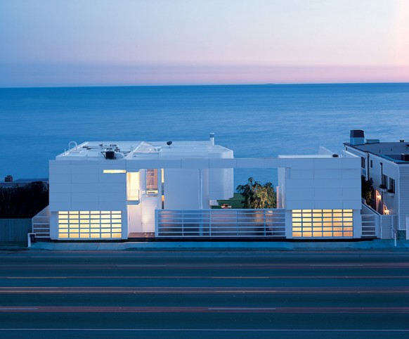 Ultra Modern White Beach House by Richard Meier and Michael Palladino