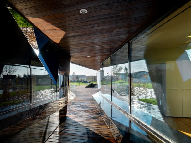 Angled surfaces and reflective black glass design at Vidre Negre Office Building