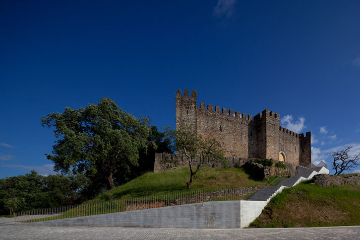 Reorganization of Pombal Castle's Hill by Comoco Architects